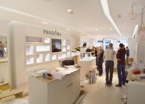 UBIK architectes - aménagement boutique Pandora - La Rochelle - Novembre 2016 - fin d'installation du mobilier