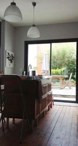 Maison ancienne UH, cuisine et vue sur le patio - Rochefort-sur-Mer